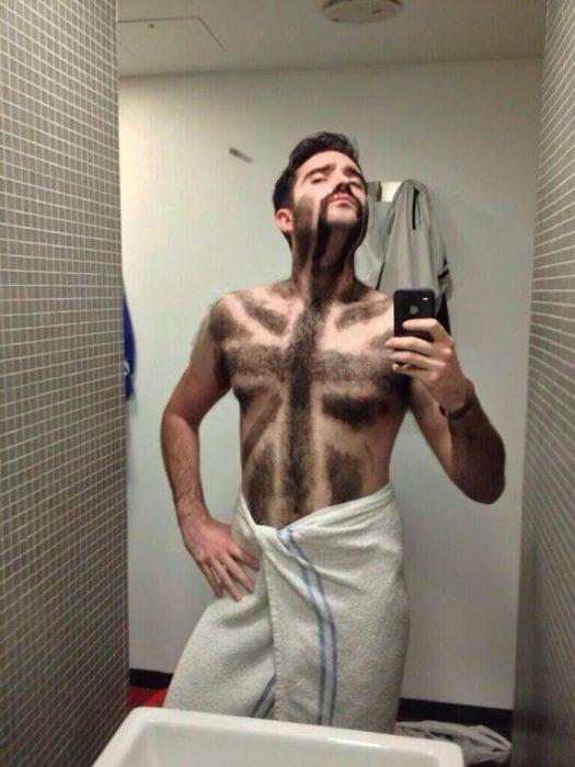 hombre que se depiló la bandera británica en el pecho