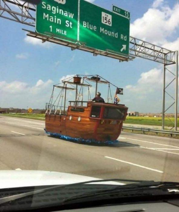 carro que parece barco pirata