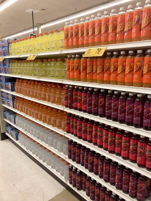bebidas ordenadas en estantería