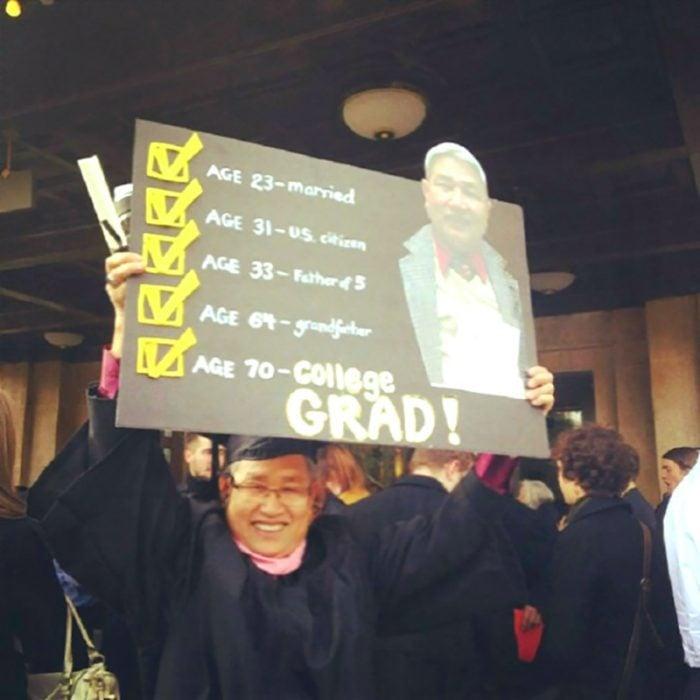 hombre mayor graduado