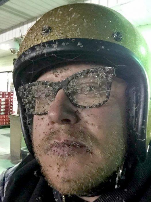 hombre con mosquitos pegados en su rostro