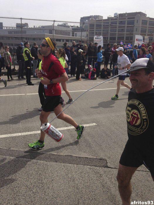 hombre se ata una cerveza para correr un maratón