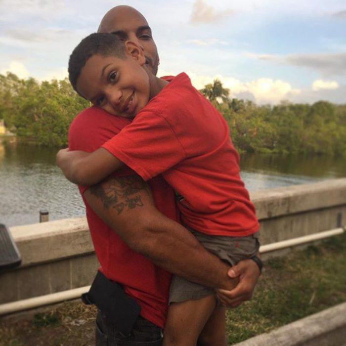 papá abrazando a un niño grand e