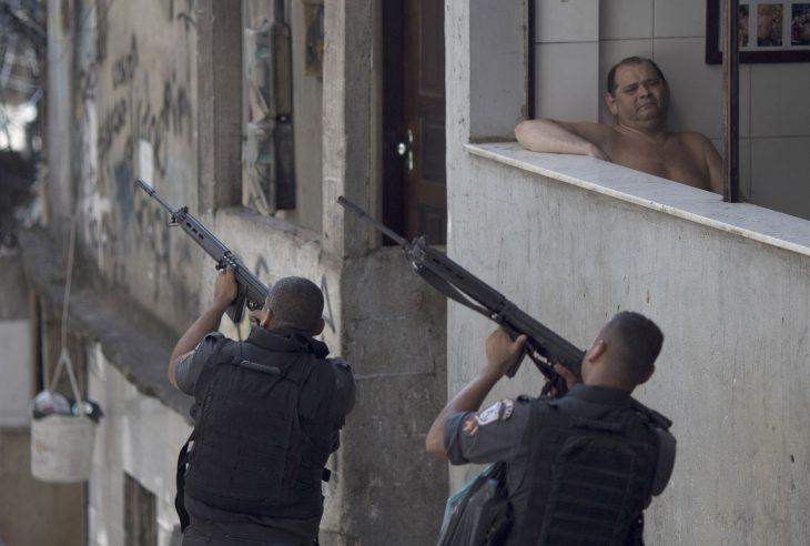 señor relajado mientras dos hombres cargan pistolas