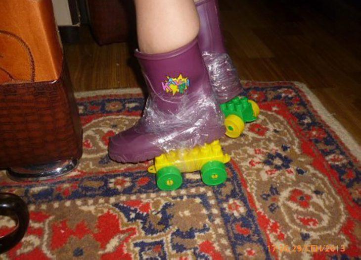 botas de niña con legos pegados