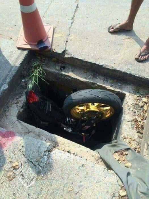 motocicleta cayó en un agujero