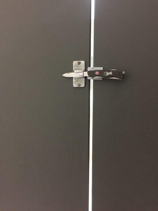 navaja para atrancar puerta