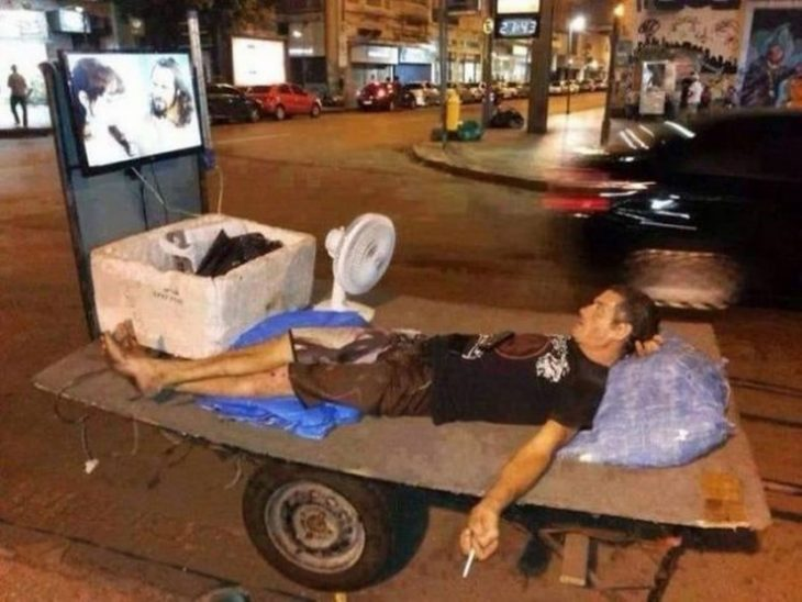 hombre de la calle mirando anime