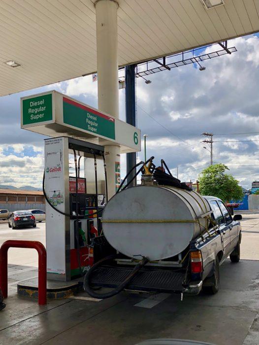 camión con gas en gasolinera