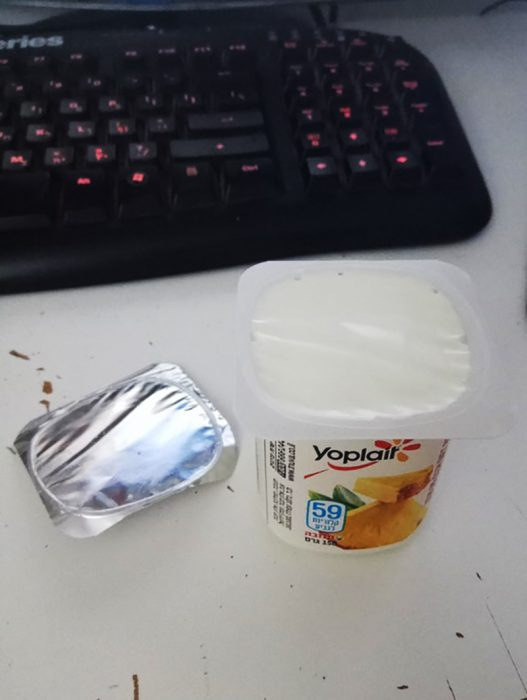 yogur destapado de forma perfecta