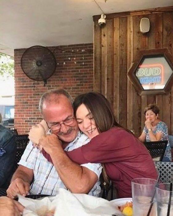 muchacha abrazando a su papá