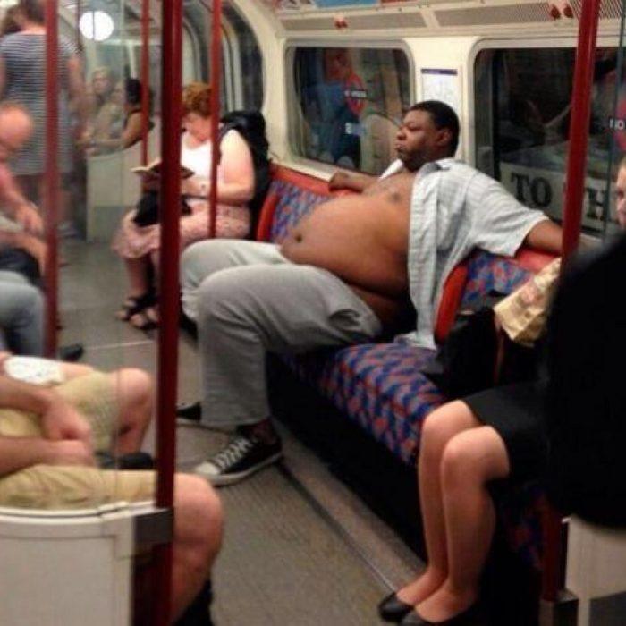 hmbre gordo con la camisa desabotonada