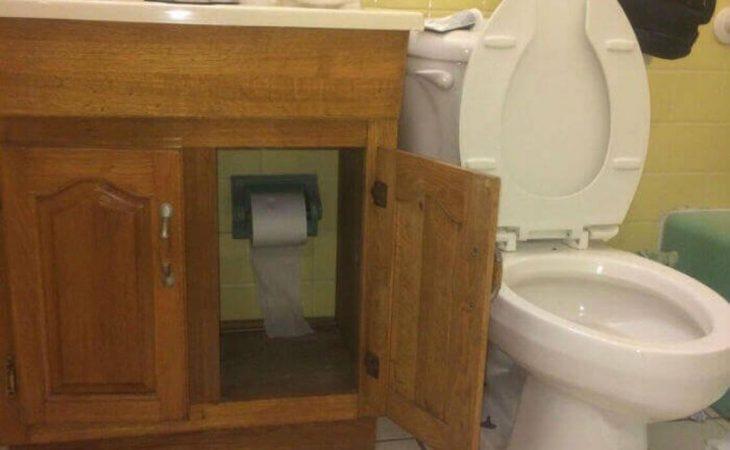 papel de baño dentro de un mueble en el baño