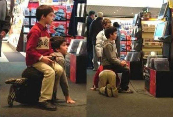 niños se turnan para servir de asiento entre sí para jugar videojuegos