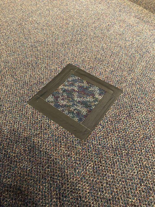 alfombra parchada con cinta de aislar