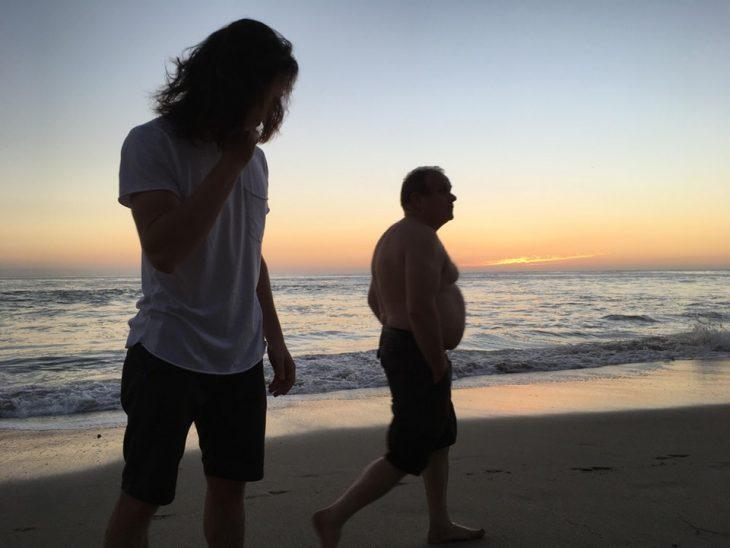 photobomb de señor en atardecer en la playa