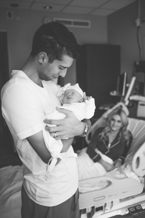 papá cargando a recién nacido