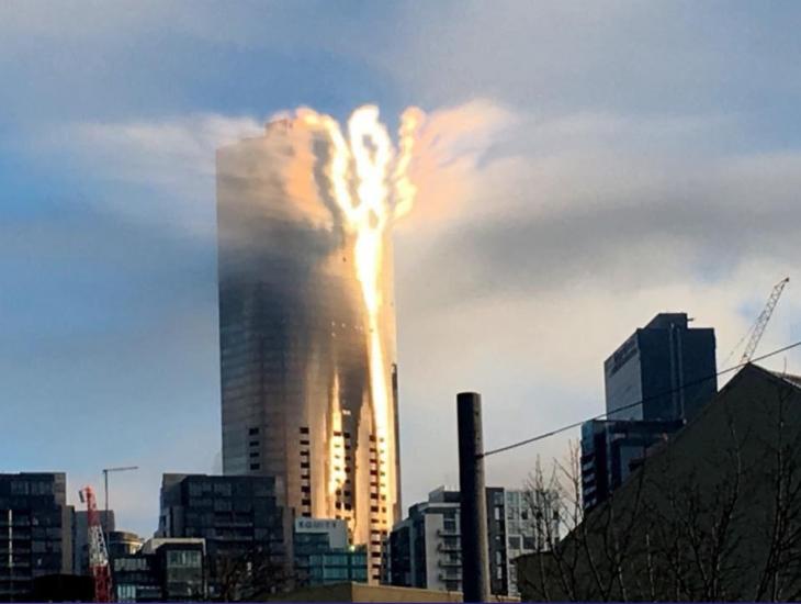 Reflejo del sol en un edificio