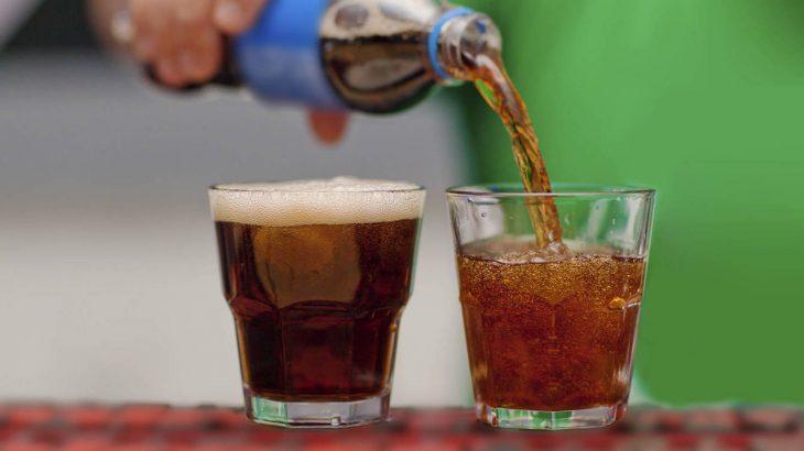 sirviendo vasos de refrescos