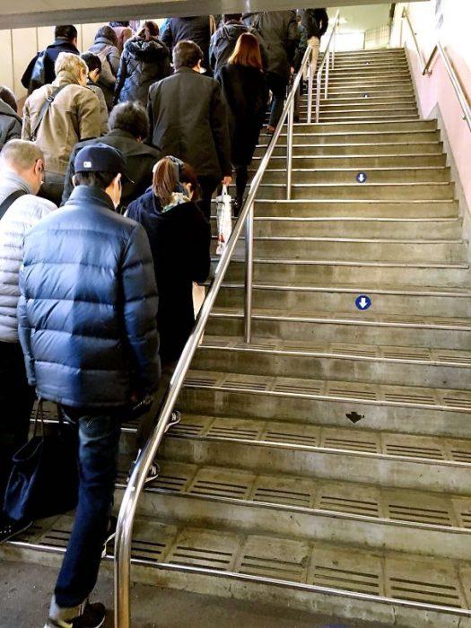 japoneses subiendo escaleras