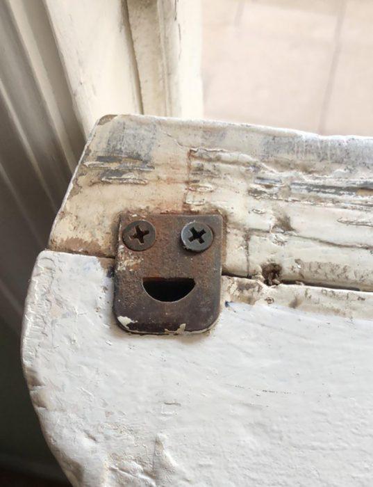 pedazo de metal con pareidolia