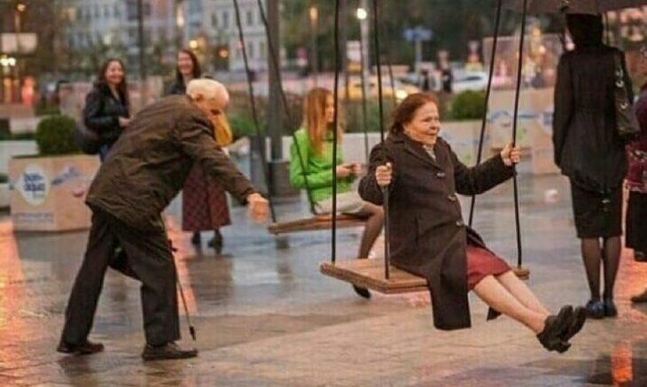 abuelitos jugando en los columpios
