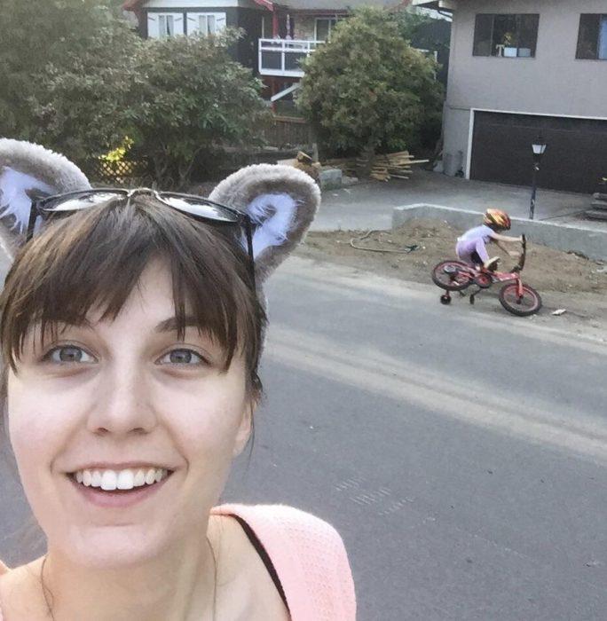 mamá se toma una selfie mientras su hijo se cae de la bicicleta