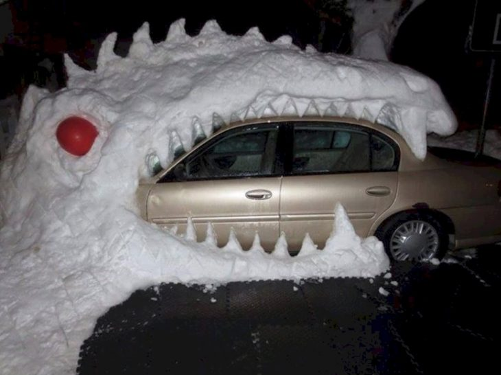 dinosaurio hecho de nieve