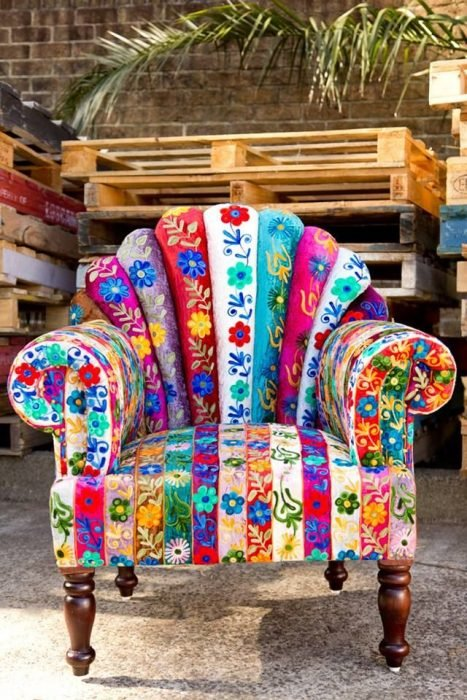 sofá con colores y bordados