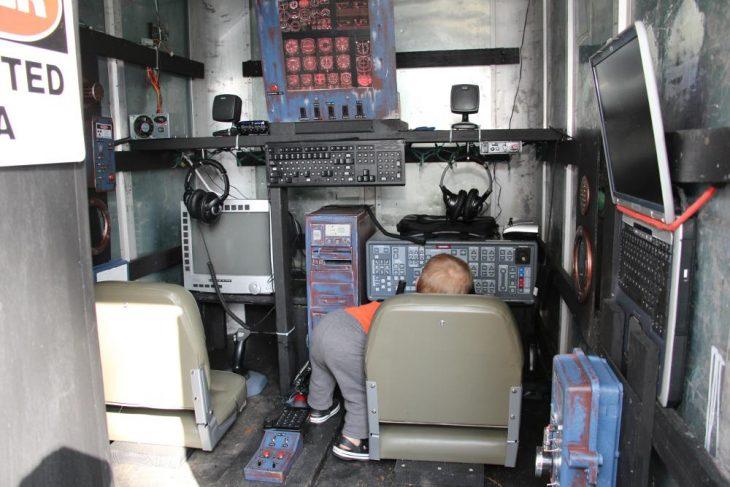 bebé en simulador de nave espacial