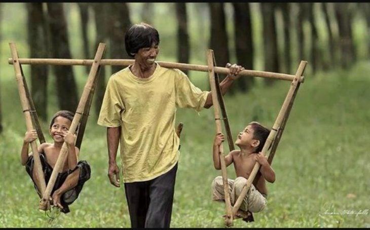 hombre asiático y sus dos hijos