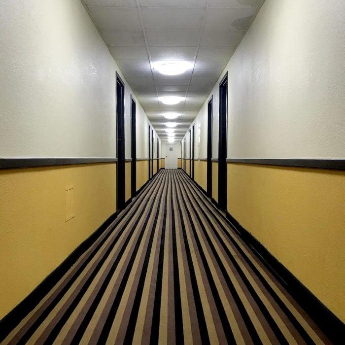 pasillo con alfombra a rayas
