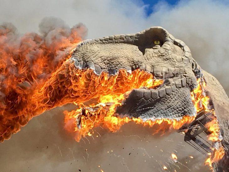 T-Rex ardiendo en llamas en un museo de dinosaurios