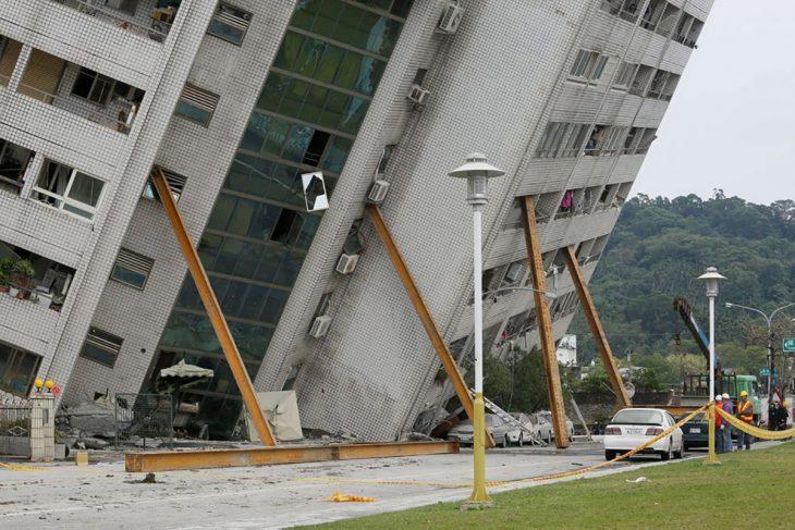 Edificio sostenido por vigas luego de un terremoto