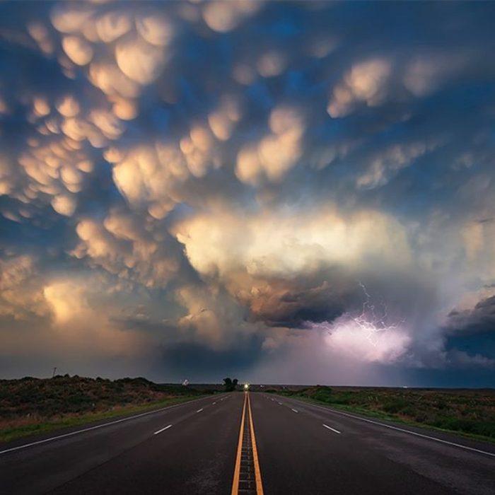 Tormenta sobre una carretera