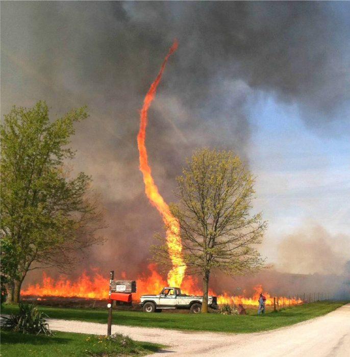 tornado de fuego y una camioneta
