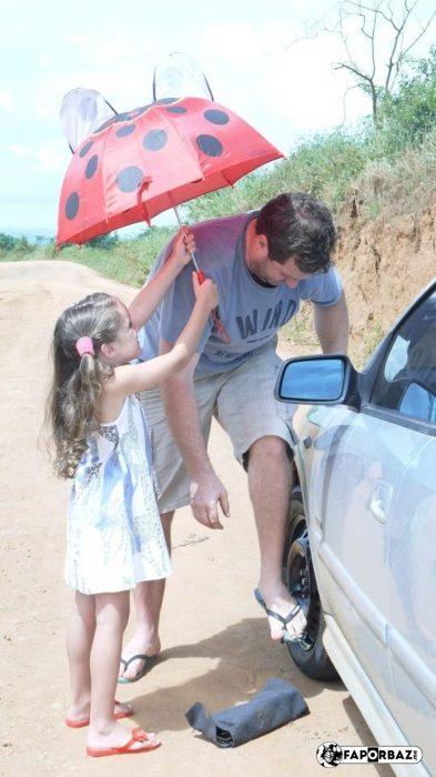 niña le pone sombrilla a su papá