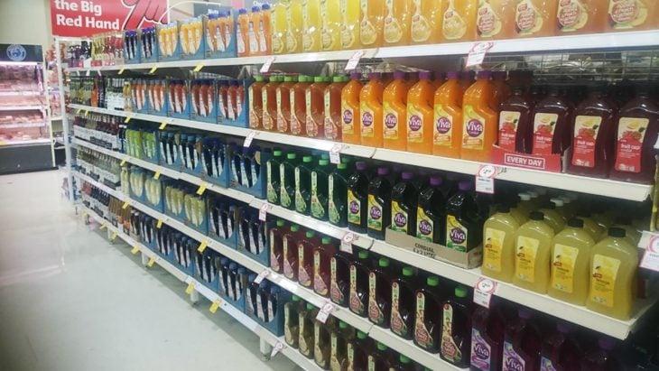 bebidas acomodadas en estante de supermercado