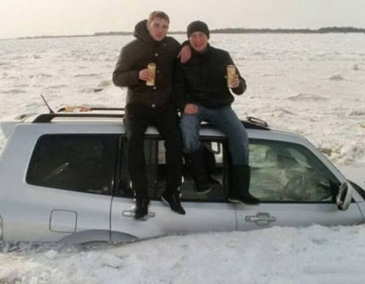 chicos tomando cerveza sobre una camioneta que se está hundiendo