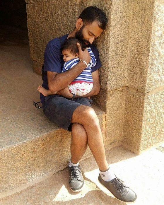 hombre abrazando a su pequeño hijo