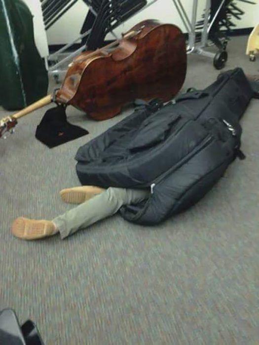 hombre dormido dentro de una funda para violonchelo