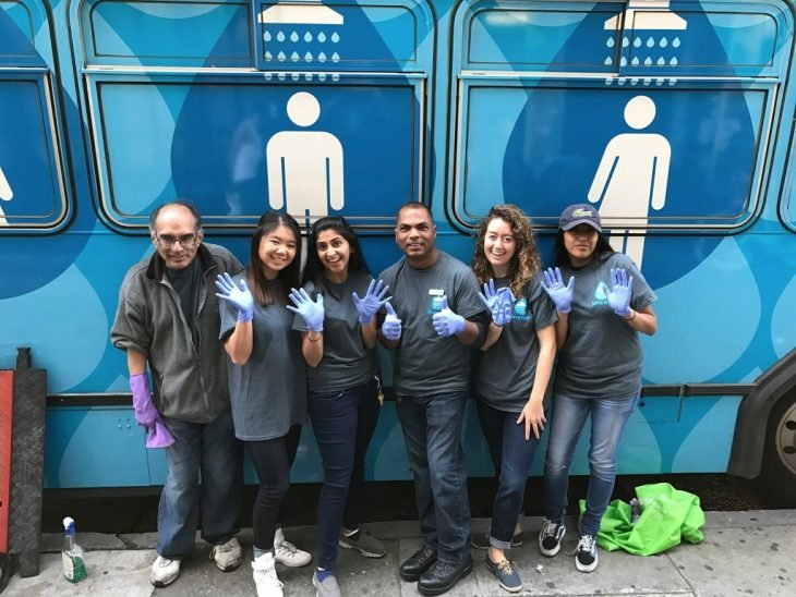 voluntarios para duchar indigentes
