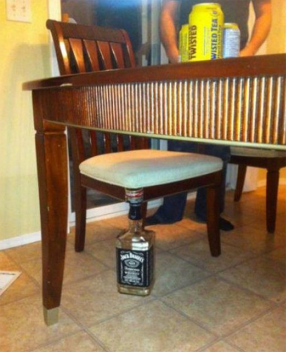 silla con una pata hecha de una botella
