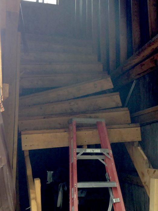 escaleras de madera descompuestas