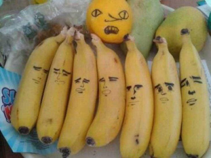 plátanos con caras pintadas