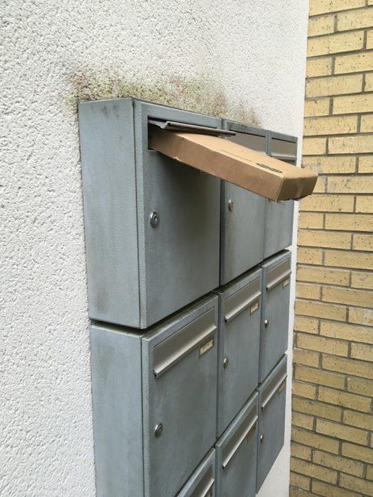 paquete que sobresale del casillero