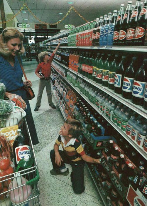 pasillo de bebidas en una tienda de 1980