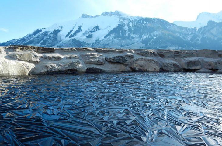 Lago congelado en Suiza parece una escultura