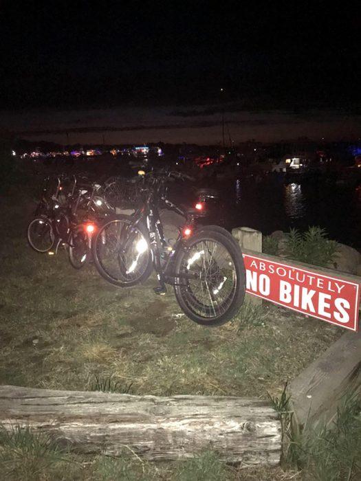 bicicletas estacionadas en un lugar donde se prohíben estacionar bicicletas