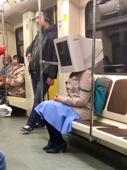 mujer con cabeza de computadora